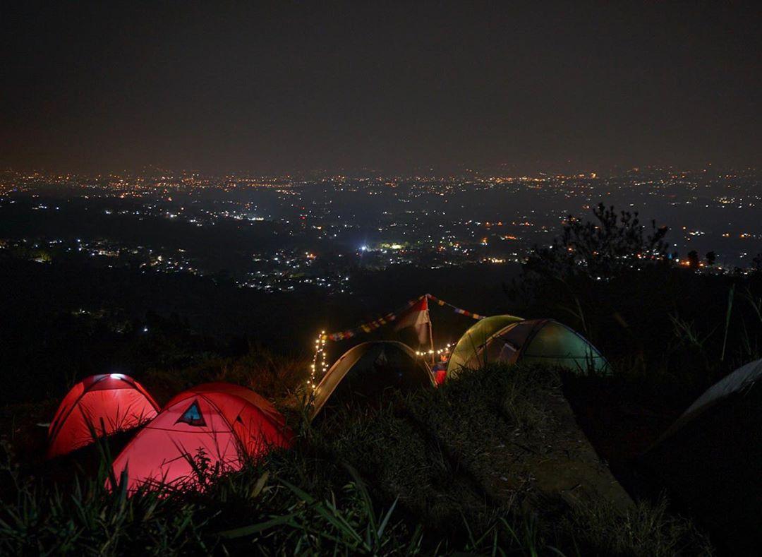 Kemah Sambil Nikmati Pemandangan Bogor Malam Hari  LAzone.id